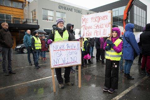 Mamma Maria Hansson og datteren Tuva Hansson Eide (10) hadde gjort seg flid med å lage skikkelig plakater før de kom på demonstrasjonen i Arna.
