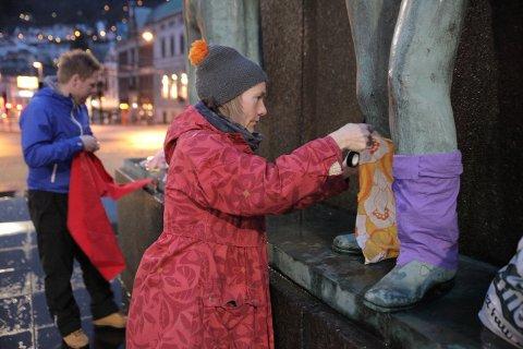 Åtte av medlemmene i Ups & Downs Hordaland var ute og kledde opp sentrums-statuene.