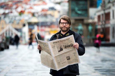 EN PÅMINNELSE: I dagens avis får du et eksemplar av den første BA som ble gitt ut, 23. mars  1927. Mediebildet er dramatisk endret, men journalistikken er like viktig – kanskje enda viktigere, skriver sjefredaktør Sigvald Sveinbjørnsson, her fotografert med den første utgaven av Bergens Arbeiderblad.