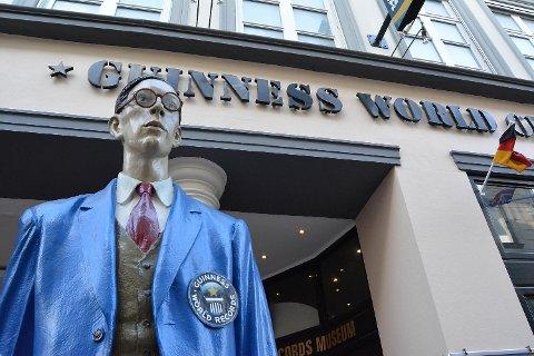 Utenfor museet til Guinness World Records treffer vi verdens høyeste mann.