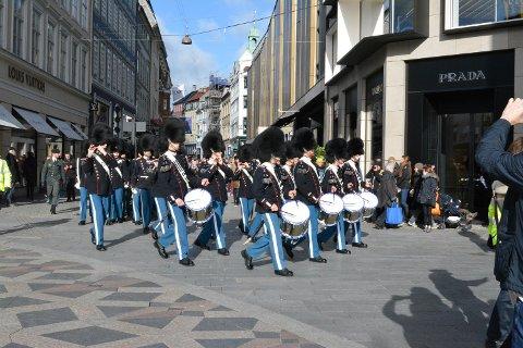 Dronning Margrethes menn viser seg frem i Københavns gater.