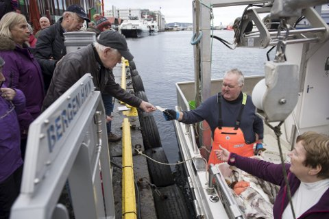 Leonard Skansen kjøpte to sprell levende torsk til femti kroner kiloet av fisker Emil Fondenes.