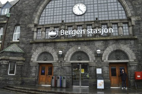Bane Nor har hisset på seg bergenserne ved å velge dette skiltet på stasjonsbygningen.