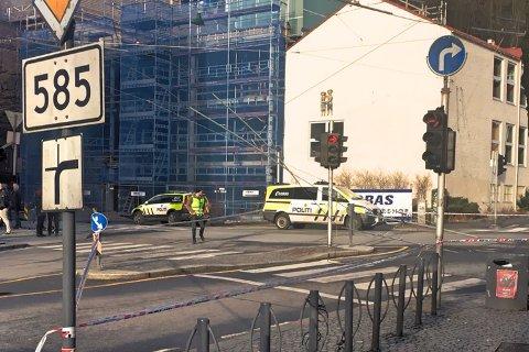Veien vil bli stengt i inntil to timer for å ordne kjøreledningen, melder politiet like før klokken 16.