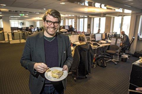 Ansvarlig redaktør Sigvald Sveinbjørnsson feirer BAs opplagsøkning med kake i redaksjonen.