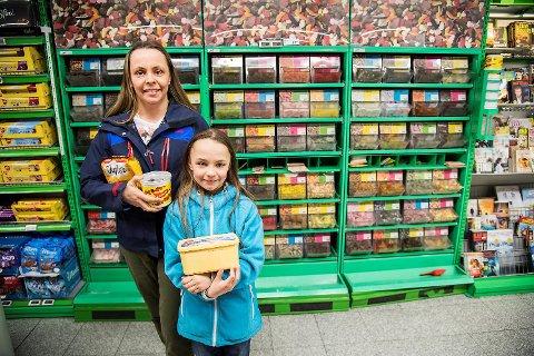 Vibeke Eriksen og Olevine Clausen (9) kjøpte litt påskesnop til mamma Vibeke sin jobb tirsdag.