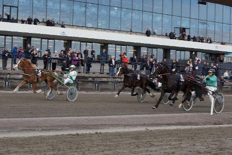 G Jerken (5) og kusk Ole Gaute Gudmestad vant 6.løp V75-3 H.M. Kongens pokal Kongepokalen foran Kuven Storm (1). (Foto: Anders Kongsrud/www.hesteguiden.com.)