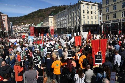 God oppslutning under hovedarrangementet i Bergen 1. mai.