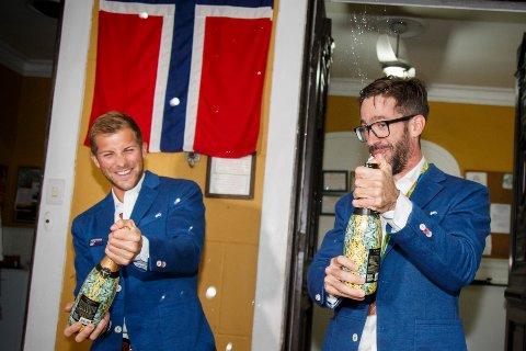 Kristoffer Brun og Are Strandli, da de feiret bronsemedaljen med kake og champagne på gjestehuset Mango Tree i Rio de Janeiro i fjor sommer.
