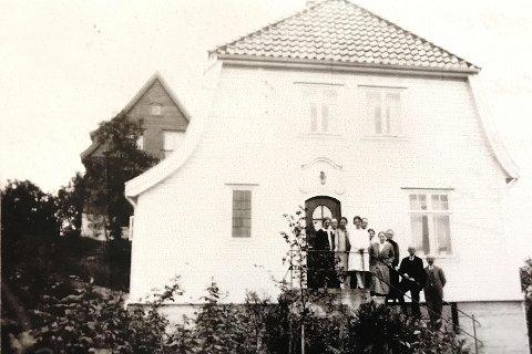 Truleg er dette fotoet frå 1918, med sju søsken og foreldra.