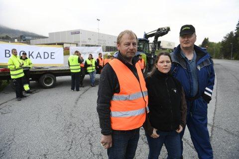 Asgeir Mødtveit, leder av bondelaget Frøydis Haugen og Lars Bø aksjonerte på Hylkje.