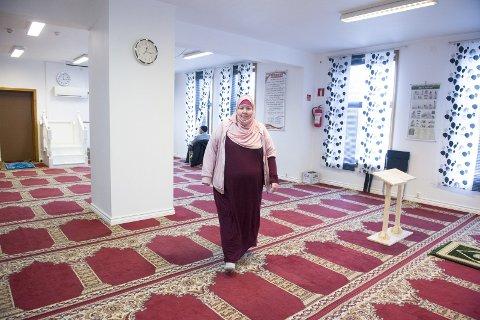 I MOSKEEN: Sølva Nabila Saxelin (41) har vært muslim siden hun var 18 år. – Det å                                                                    konvertere var det største vendepunktet i livet mitt, men det å bli muslim og det å finne ut hvem jeg er som muslim har tatt en stund, forteller hun. På bildet er hun i moskeen i Jekteviken på Nøstet under åpen dag i mars.FOTO: MAGNE TURØY