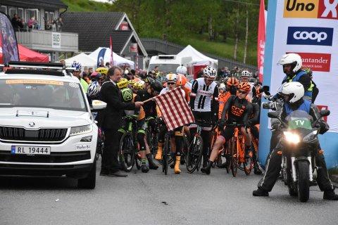 Ordfører i Gulen, Hallvard Oppedal under starten av Toru des Fjords andre etappe som startet i Brekke fredag.