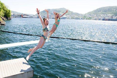 Mira Idsø (10) (t.v) og Ylva Lier Kjelby (10) brydde seg ikke om at det bare var usle 12 grader i sjøen ved Nordnes sjøbad. – Endelig sommer, jubler de.