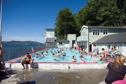 Knallblå himmel og sol. Lørdag ettermiddag var det trangt om plassen på Nordnes sjøbad.