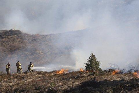 Brannvesenet advarer om stor brannfare. Dette bildet ble tatt under en gressbrann på Sotra i 2015.