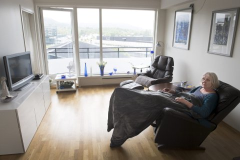 Turid Øyarhamn har begge altandørene sine åpne når hun er hjemme i leiligheten sin. – Det er eneste måten jeg klarer å være her, sier hun til BA.