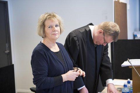 Marit Larsen tapte kampen om farens, «Shetlands-Larsen», krigsmedaljer.  Her sammen med advokat Olav Lægreid i tingretten tidligere i vår.