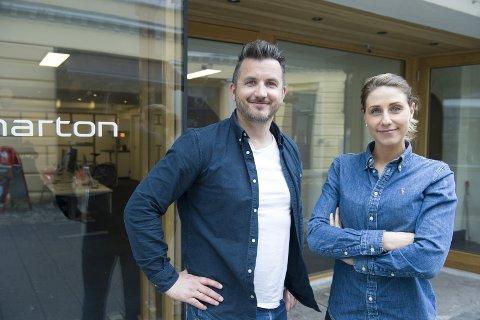 PÅ TV: Eiendomsmeglerne Sivert Severinsen og Katarina Oppedal i nystartede Marton blir å se på TV-skjermen fra høsten. Da skal TV3 lage en serie som følger boligselgere gjennom hele salgsprosessen. FOTO: MAGNE TURØY