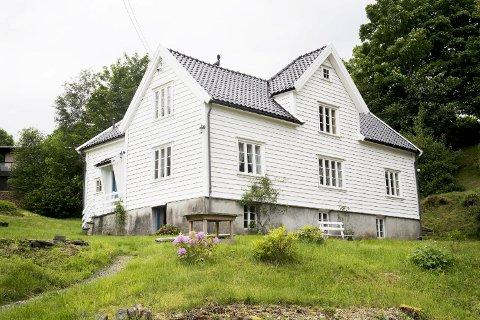 Her i Sandbrekkevegen i Sanddalen vart Finn Ludt fødd. Enkelte kjelder meiner familien Ludt budde i dette huset. Andre trur det var i nabohuset få meter unna. På grunn av oppussing lot det seg ikkje fotografere i denne anledninga.