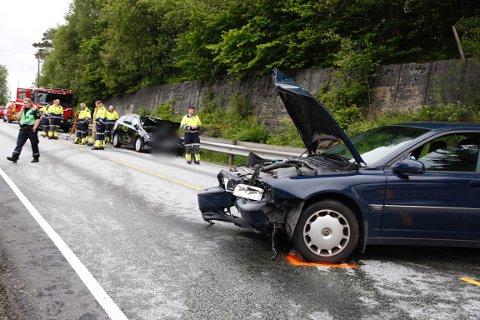 Bilene har fått store materielle skader etter ulykken.