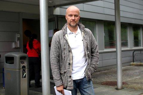 Ifølge Roy Ove Svarstad ble han svindlet på Finn av en mann som skulle selge dem flybilletter til Thailand. Saken er nå anmeldt til politiet.