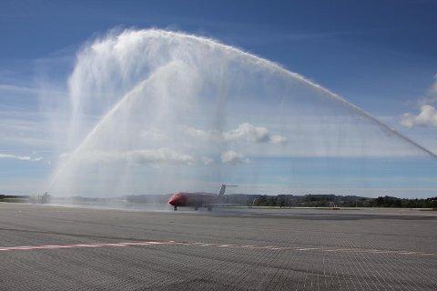Da flyet landet ble det ønsket velkommen med en såkalt vannbro, det vil si to brannbiler som spyler over flyet fra hver sin side.