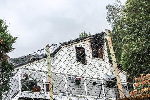 Dette huset stod i brann natt til tirsdag. En person ble funnet omkommet. Foto: Synnøve Nyheim
