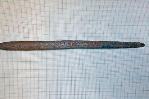 Sverdet er rundt 65 cm og tr truleg frå folkevandringstida i eldre jernalder.