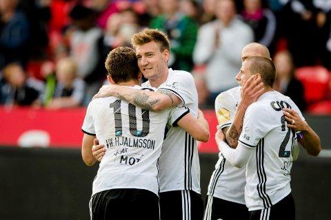 Rosenborgs Matthías Vilhjálmsson gratuleres av Rosenborgs Nicklas Bendtner med 1-0 under eliteseriekampen i fotball mellom Rosenborg og Sogndal på Lerkendal Stadion. Foto: Ole Martin Wold / NTB scanpix