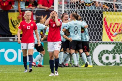 En skuffet Kristine Minde og Ingrid Marie Spord tapte mot Belgia. Det ser nå mørkt ut for avansement i EM.