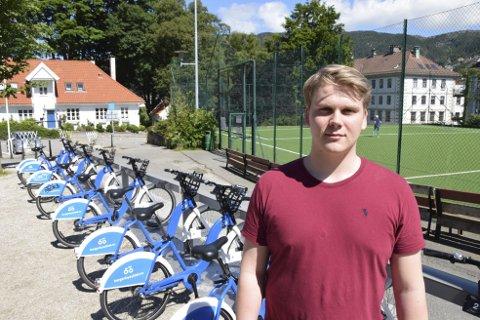 – Hvis det hadde vært flere låser på stasjonene ville ikke stativene bli så fort fylt opp, mener Fredrik Hoen Rong.