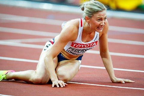 Her vrir Isabelle Pedersen seg i smerte like etter målgang i semifinalen på 100 meter hekk i London-VM. Etter en fantastisk start og ledelse, skadet hun seg over syvende hekk, og kom seg såvidt til mål før hun gikk overende.
