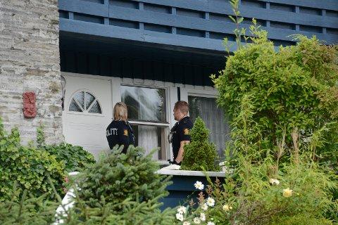 Politiet undersøker boligen der det har vært et innbrudd.