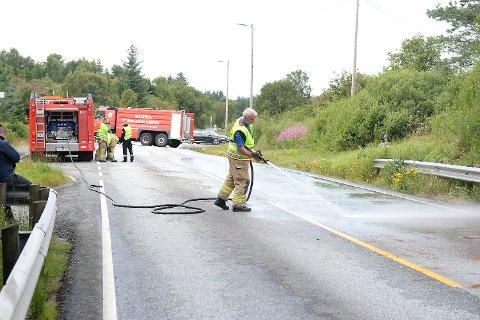 Brannvesenet spyler veibanen like ved avkjøringen til Vindenes på Ågotnes etter trafikkulykke lørdag ettermiddag.