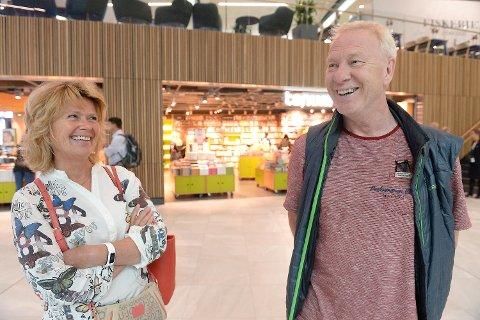 Eli og Tore Østenstad fra Bergen ble svært begeistret under sitt første møte med den nyåpnede flyplassterminalen på Flesland.