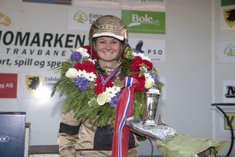 HAR VUNNET NM: Elisabeth Storetvedt vant tidligere i år NM for damer. Nå er hun på jakt etter en ny NM-tittel – på hjemmebane. Foto: Hesteguiden.com