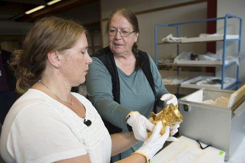 Samlingsleder Anna Bjørke pakker opp de unike gullskattene fra Bulgaria som skal stilles ut på Bryggen museum fra 2. september. Utstillingen «Legender i gull-trakiske skatter fra Bulgaria» blir stående frem til 10. desember. FOTO: ARNE RISTESUND