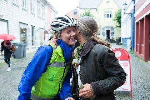 Sara Petrine Solli er endelig hjemme etter å ha syklet 3000 kilometer fra Alta til Bergen. Mamma Lene Solli er skikkelig stolt av datteren som hun ikke har sett på seks uker. – Jeg har vært litt bekymret, erkjenner hun.