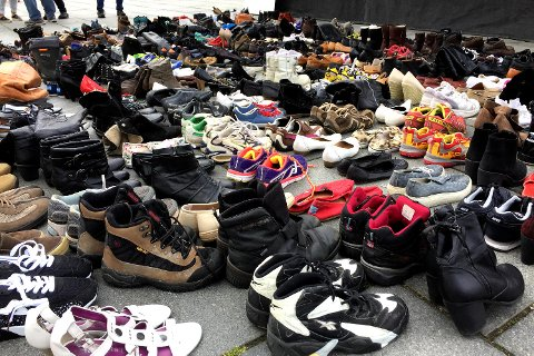 I 2015 døde 289 mennesker av overdose i Norge. Disse skoene ble satt frem ved scenen for å representere dem.