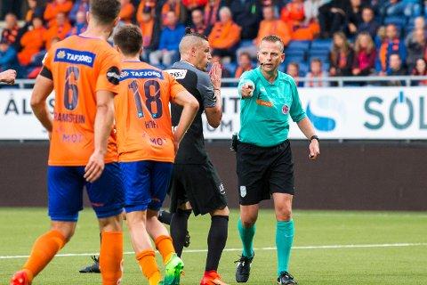 Dommer Trygve Kjensli og Vito Wormgoor i eliteseriekampen i fotball mellom Aalesund og Brann.