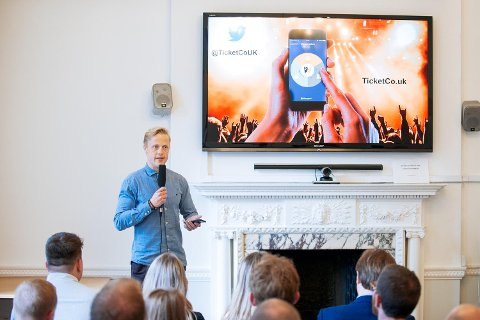 TicketCo-gründer Carl-Erik Michalsen Moberg presenterer selskapet på den norske ambassaden i London.