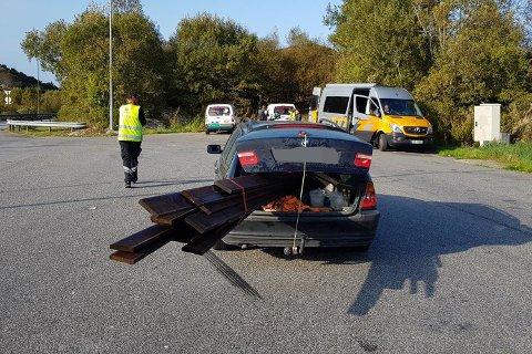 En sjåfør fikk kjøreforbud etter å ha lastet bilen sin på denne måten.
