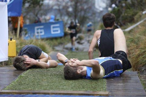 Stoltzekleiven er nådeløs, men likevel har løpet økt i popularitet de siste årene. I år var det over 6.000 påmeldte deltakere. – Det er noe alle kan klare. Både tykke, smale, unge og gamle. I dag var det en dame på 85 år som brukte 40 minutter og var superhappy, og så har du de springer på 7,54, sier løpsleder Owen Westergård. På et år går opp mot 500.000 opp Stoltzen. Foto: Emil Weatherhead Breistein