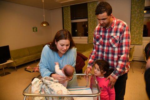 Storesøster Lilly Mari Bakke Thomas (4) sammen med foreldrene Neil og Kaja og lillesøster Melina.