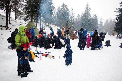 Vi skrur tiden tilbake til vinteren 2011, og da «Kom deg ut»-dagen fikk vinter så det holdt. Fløysletten var med ett forvandlet til en eneste stor lekeplass. (Foto: BA)