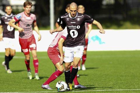 Haris Cirak er defensiv midtbanespiller, men kan definitivt behandle ballen. Her er han for Elverum mot Strømmen i fjor.