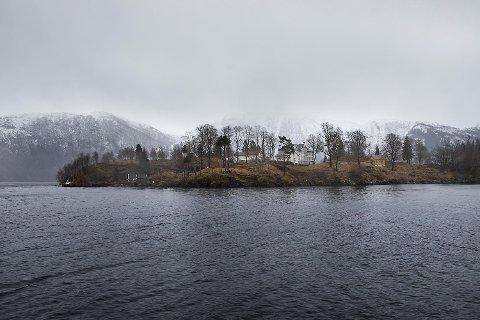 Open avdeling Osterøy Bergen fengsel avd. Osterøy er plassert på Ulvsnesøy. Det har siden 1982 vært fengsel på Ulvsnesøy som i dag har 31 plasser, hvorav ni av dem er for kvinner. Mellom 40 og 50 ansatte har sitt arbeid her.