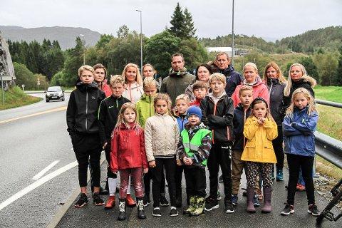 Disse foreldrene og barna deres krever skyss til skolen, fordi de mener at skoleveien er farlig. Både kommunen og Fylkesmannen sier nei.