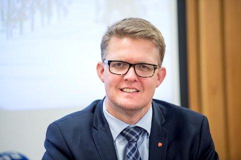 Fylkesvaraordførar Pål Kårbø har vore i tvil om kva parti han bør høyre til. No vender han tilbake til KrF etter å ha meld seg ut og flørta med sitt gamle parti Høgre.